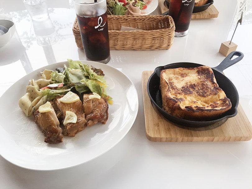 お肉のプレートとフレンチトースト