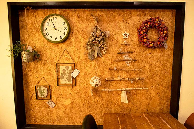 壁面に飾られたハンドメイド品