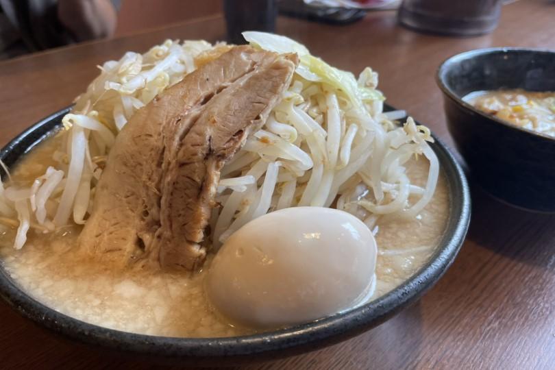 【どてちん】並んでても食べたくなる!豚骨ベースのもっちり麺が特徴の二郎系ラーメン