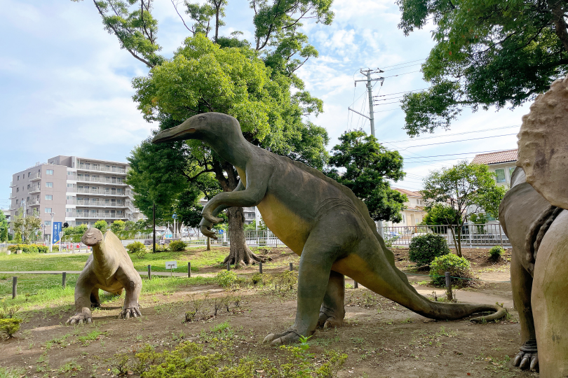 三体の恐竜オブジェの写真