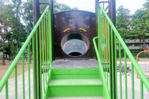 お城型複合遊具のすべり台への階段の写真